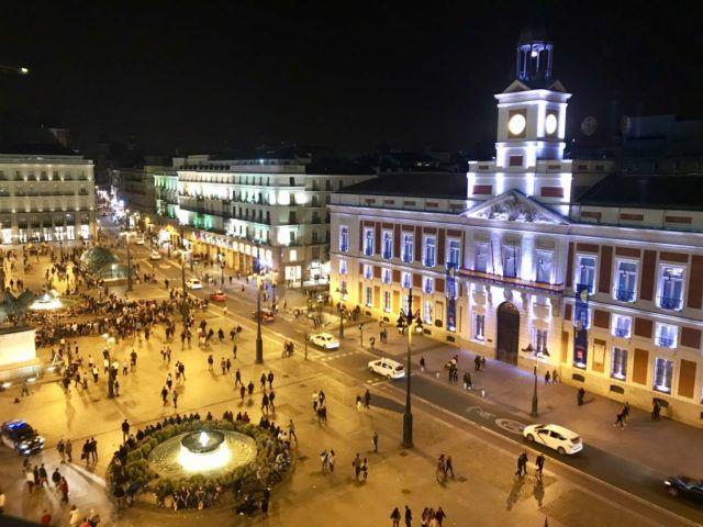 Puerta_del_Sol_Madrid_Spain_at_Night_from_Taverna_Puerta_del_Sol_Terrace